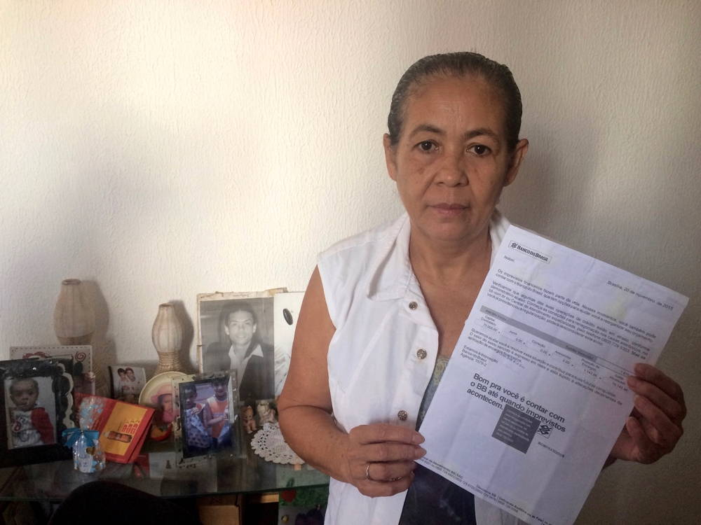 Isabel Ribeiro with a letter from Banco do Brasil. Photo by author.