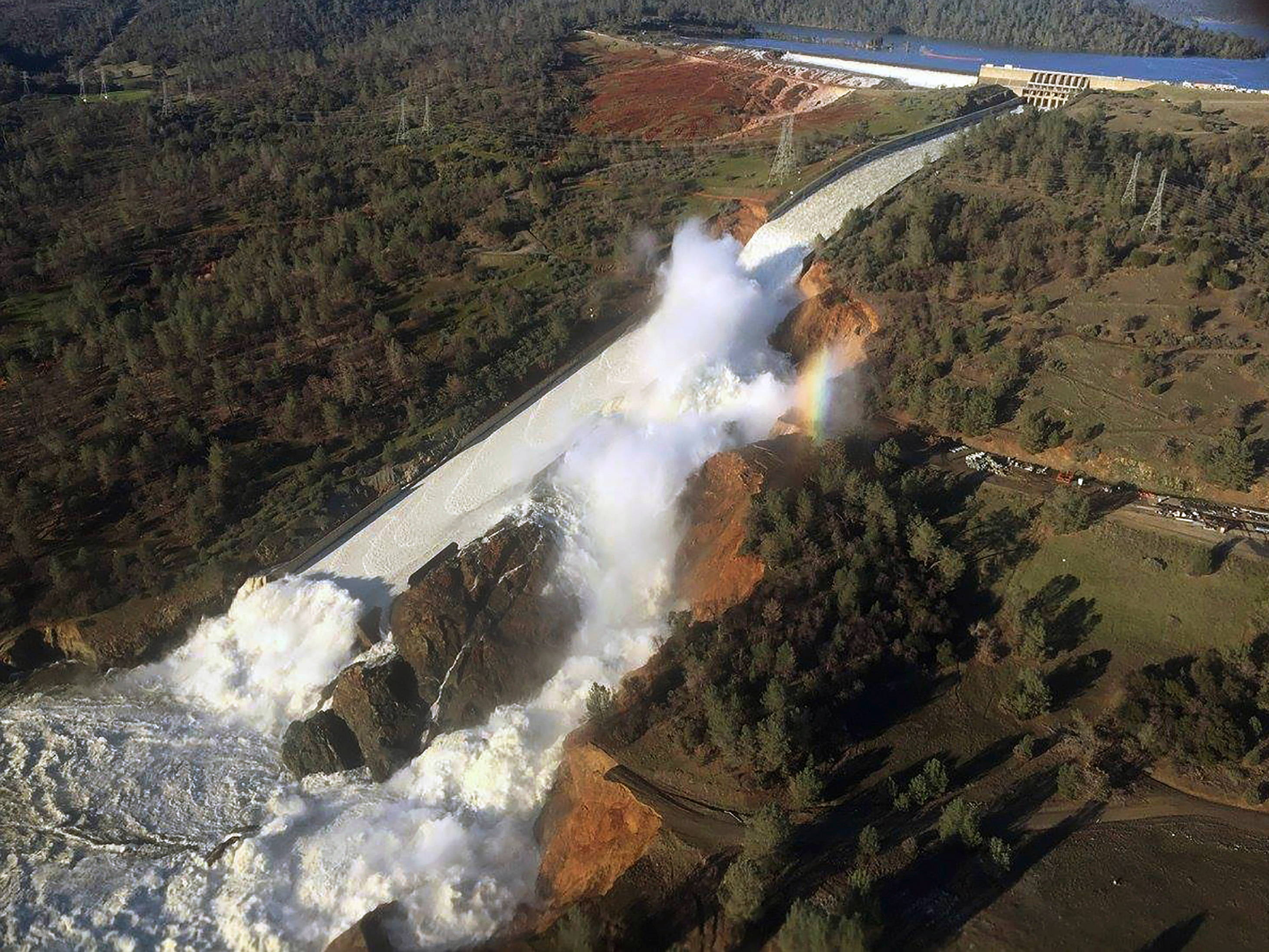 Oroville dam spillway overflow, 2017. Source: Wikimedia Commons.